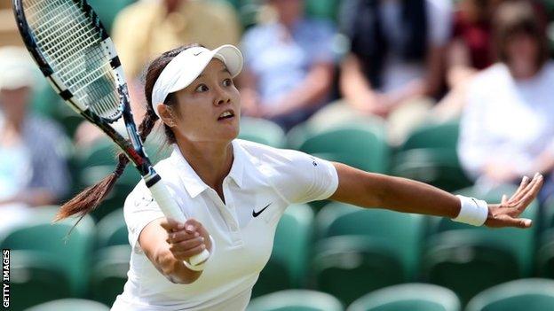 Li Na cruises into third round
