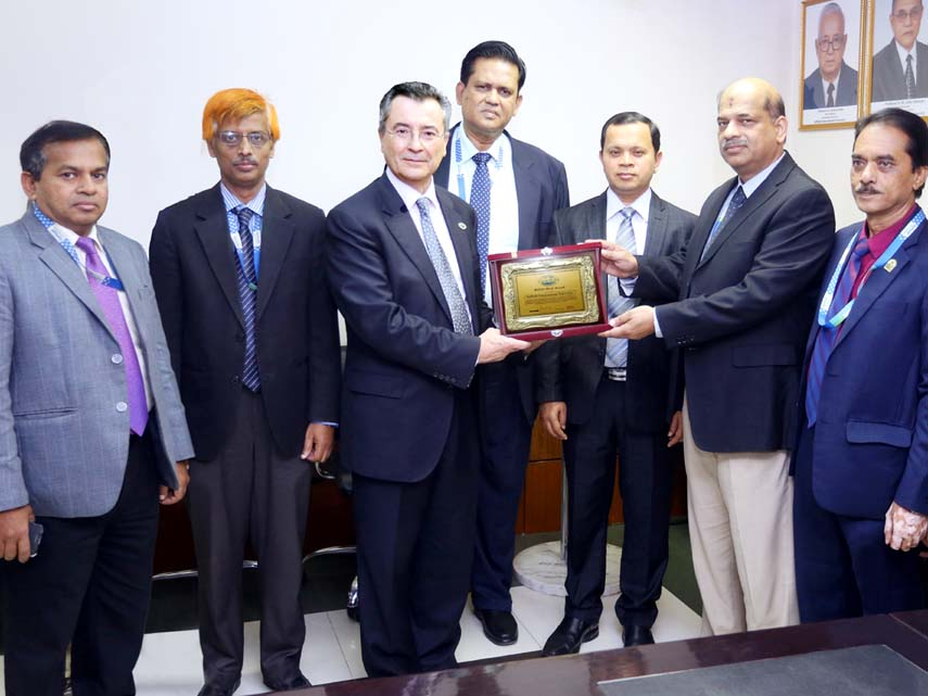 WITSA President officially hands over WITSA Merit Award to DIU VC