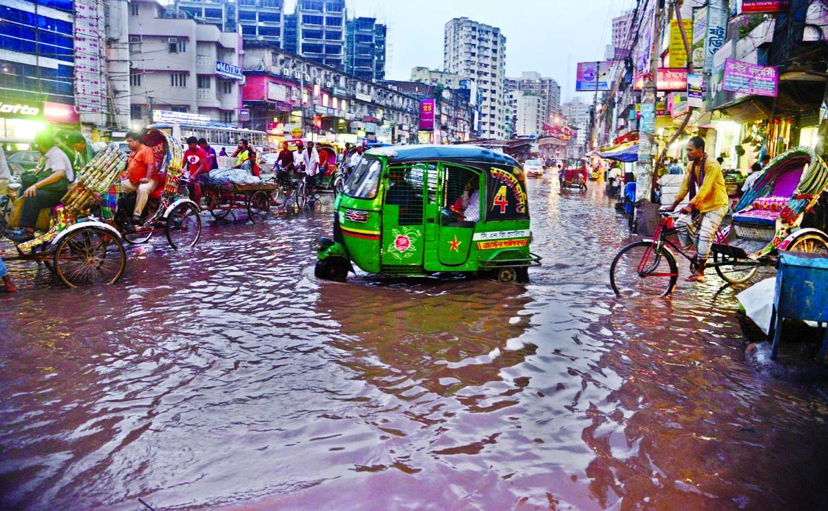 Rain triggers traffic chaos in city