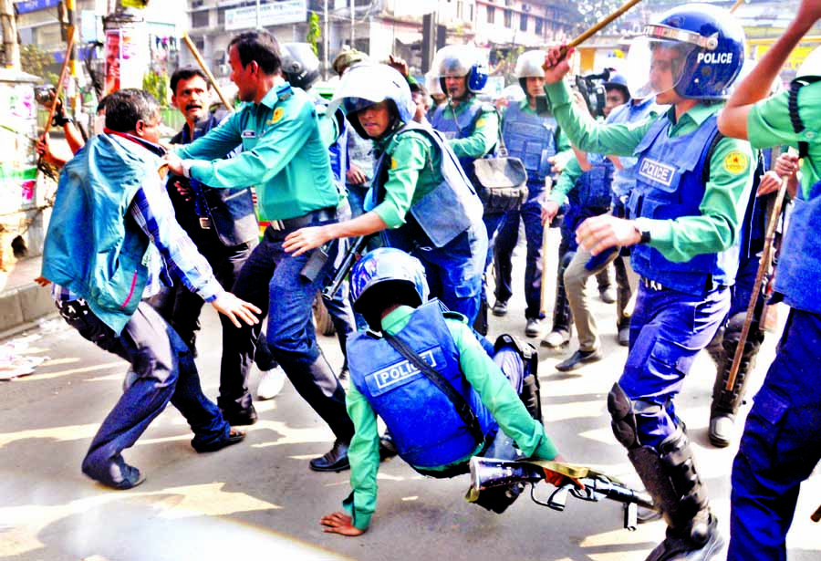 Police-hawkers clash: 50 injured