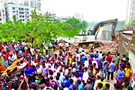 Rajuk evicts roadside structures in Gulshan