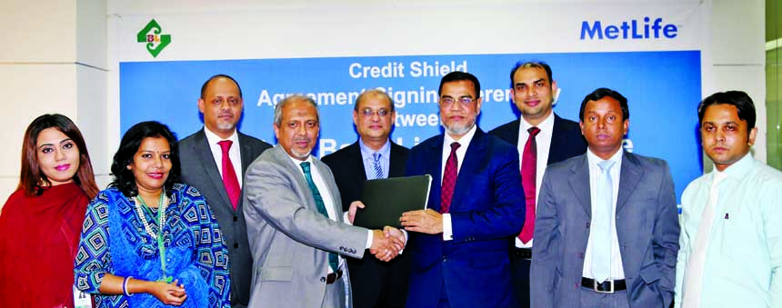 Md Motaleb Hossain, Deputy Managing Director of Standard Bank Ltd. and Syed Hammadul Karim, Chief Marketing Officer of MetLife Bangladesh exchanging agreement signing documents in the city recently. Md Jafar Sadeque Chowdhury, Chief Distribution Officer of the insurance company and Sharif Zahirul Islam, Head of Cards of the bank were present among others.