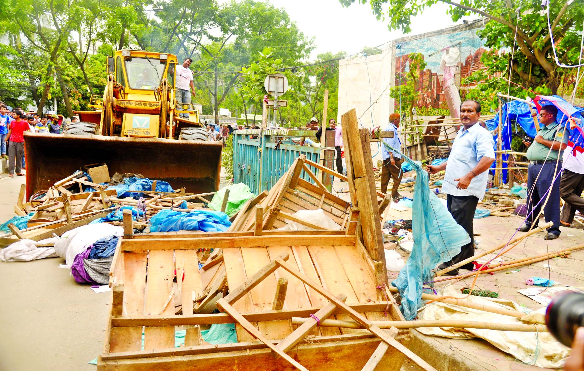 Dhaka-South City Corporation evicted unauthorised structures being set up beside the road and on footpaths near New Market. This photo was taken on Wednesday.