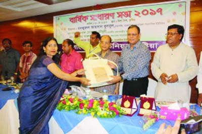 KUSHTIA: Afroza Akhtar Dew , BFUJ member and Editor,  The Daily Authentic receiving gift from Prime Minister's Media Adviser Iqbal  Sobhan Chowdhury at the AGM   of Bangladesh Federal Union of Journalists (BFUJ) held at a local hotel in Kushtia on Saturday.