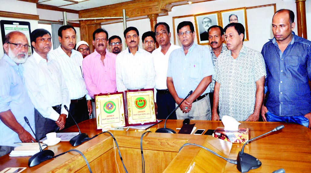 Leaders of Bangladesh Sangbadpatra Karmachari Federation and Sangbadpatra Sramik Federation submitted a memorandum  to the Rajuk Chairman to solve their housing problems. The leaders also handed over a crest with monogram of the two federations on the occasion.