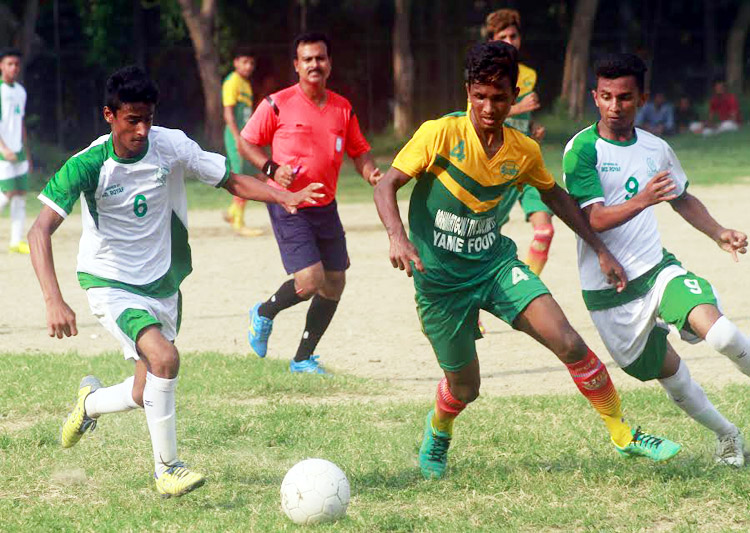 A scene from the match of the Dhaka North City Corporation and Dhaka South City Corporation Pioneer Football League between Wazed Miah Krira Chakra and Elias Ahmed Chowdhury Smrity Sangsad at the Paltan Maidan on Tuesday. Wazed Miah Krira Chakra won the match 1-0.