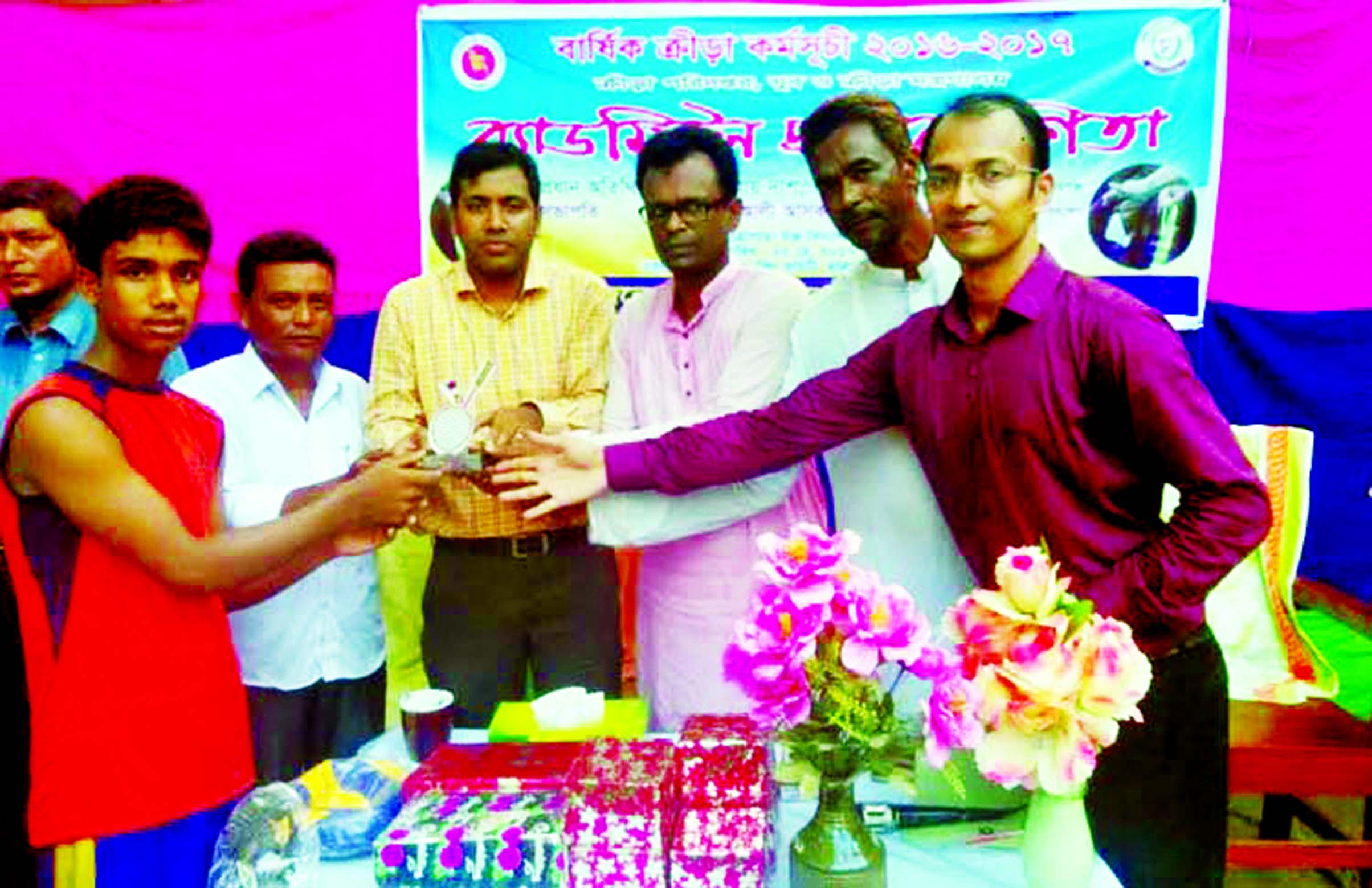 Assistant Commissioner (Land) of Karimganj and Executive Magistrate Satyajit Roy Das distributes the prizes to the winners of the Badminton Competition of Hatrapara High School of Karimganj on Thursday. Kishoreganj District Sports Office arranged the day-long Badminton Competition.