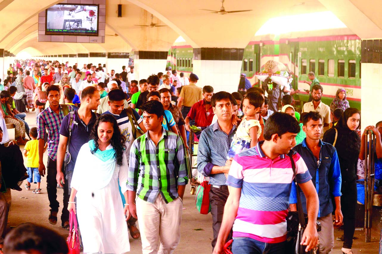Eid holiday-makers start returning to the capital. This photo was taken from Kamalapur Railway Station on Wednesday.
