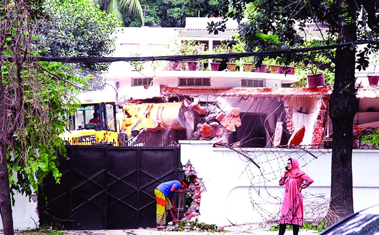 Rajuk demolishing Moudud's Gulshan house