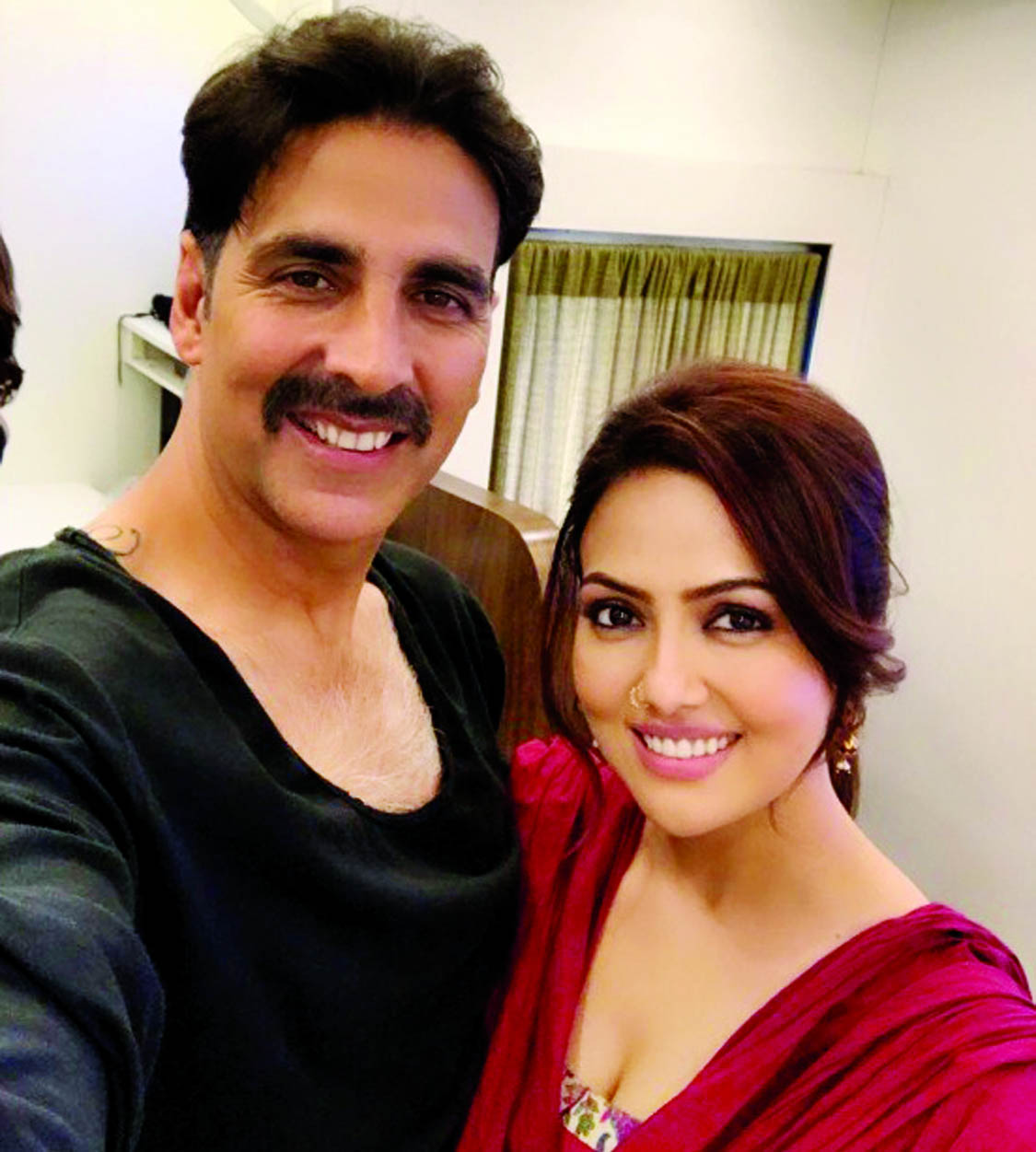 Sana Khaan shares a selfie with Toilet Ek Prem Katha co-star Akshay Kumar