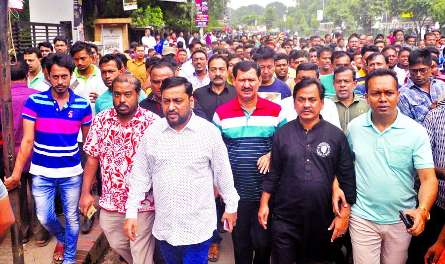 Awami Juba League brought out a procession in the city on Thursday in protest against plan to attack on mourning rally at 32, Dhanmondi.