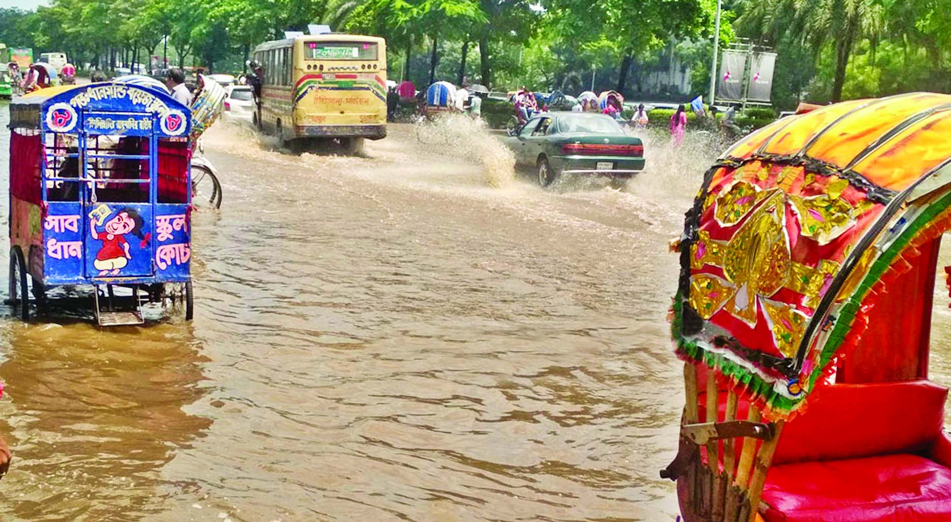 Rain causes traffic chaos in city
