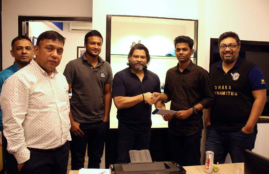 Dhaka Dynamites hand over prize jersey contest