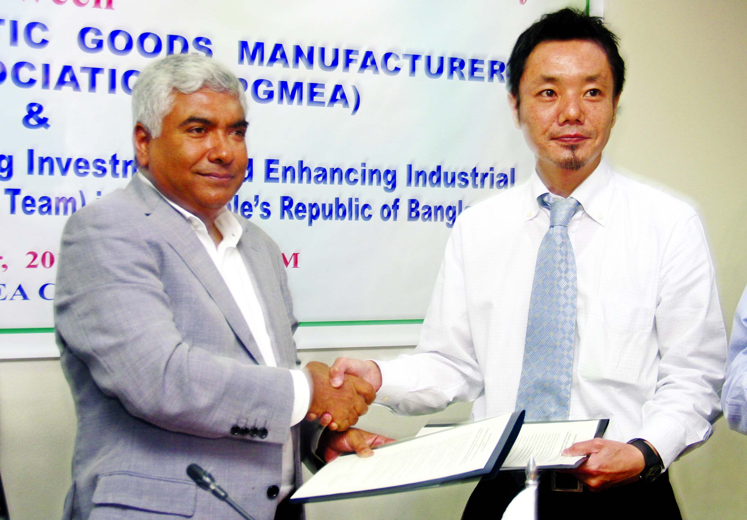 Md. Jashim Uddin, President of BPGMEA and Vice Chairman, Bengal Group of Industries and Keisuke Sugiyama, Component Leader, JICA Project, sign an agreement for promoting investment and enhancing industrial competitiveness (Component 3 Team) at the association office on Wednesday.