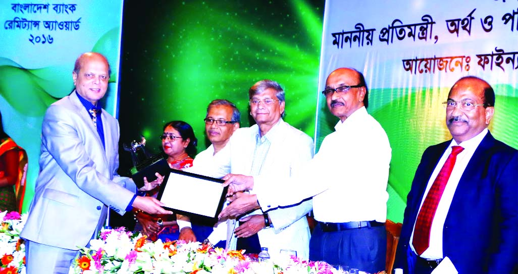 Abdul Hamid Miah, Managing Director of Islami Bank Bangladesh Limited, receiving the Bangladesh Bank Remittance Award from State Minister for Finance and Planning for collecting highest remittance in the year 2016 at a city auditorium on Tuesday. Fazle Kabir, Bangladesh Bank Governor, Md. Eunusur Rahman, Senior Secretary of Financial Institutions Division and Dr. Nomita Halder, Acting Secretary of Expatriates' Welfare and Overseas Employment Ministry among others were also present.