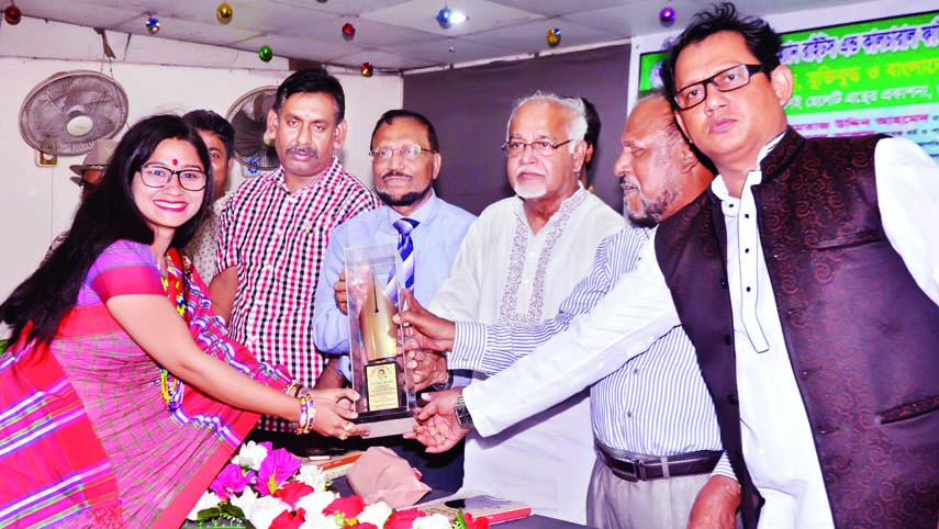 Chairman of Bangladesh Press Council Justice Momtaj Uddin Ahmed handing over Poet Sufia Kamal Smrity Padak to Sanjida Islam, a researcher of Bangla Department of Jahangirnagar University for her contribution in education at a ceremony organised by Asian Journalist Cultural Foundation in Shishu Kalyan Parishad Auditorium in the city on Saturday.