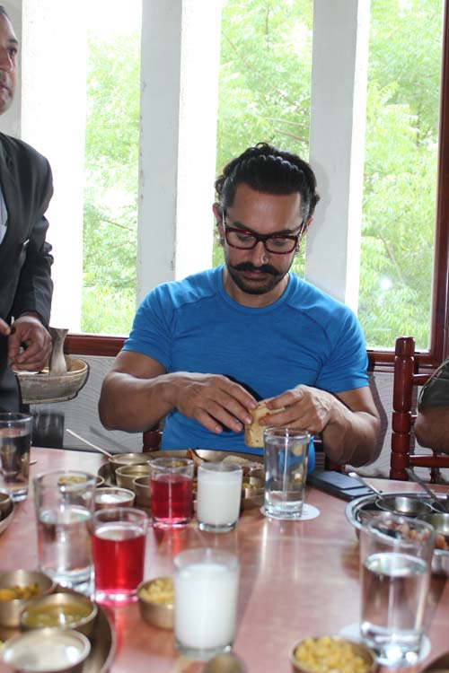 Aamir Khan expresses his love for Gujarati Thali in Baroda