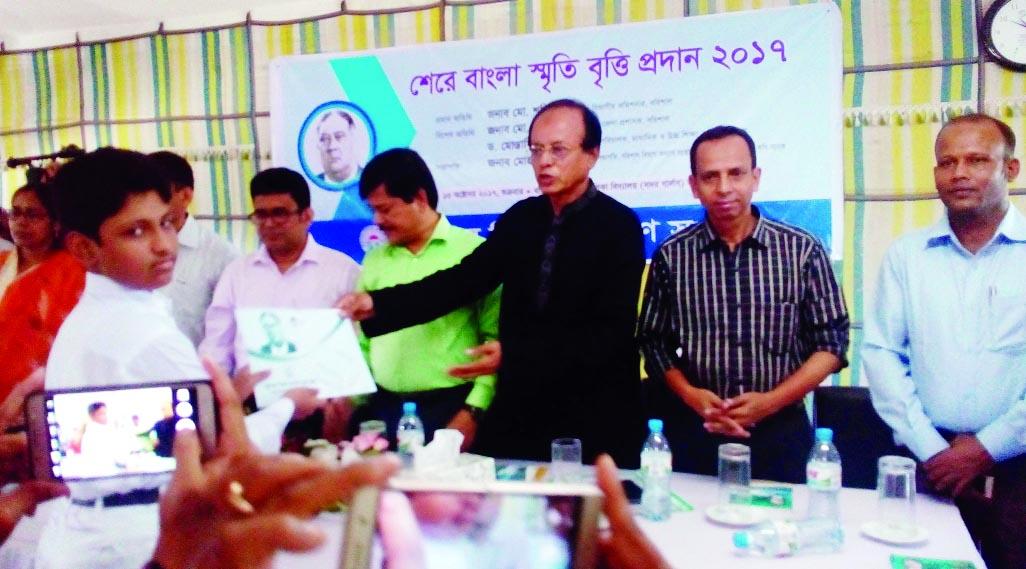 BARISAL: Mohammad Ismail, Chairman,  Board of Directors  of Bangladesh Krishi Bank distributing  Sher-e- Bangla Smriti Scholarship among the students  at Girls' School Auditorium in Barisal Sadar Upazila  organised by Barisal Division Kalyan Samity  recently.