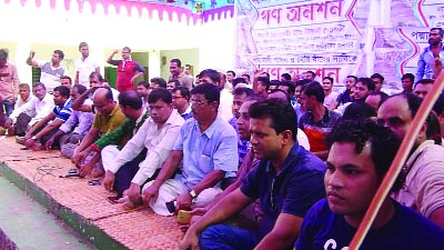 SHARIATPUR:  Locals at Noria Upazila observed a mass hunger strike at Shaheed Minar premises demanding construction of  dam over  Noriya River on Wednesday.