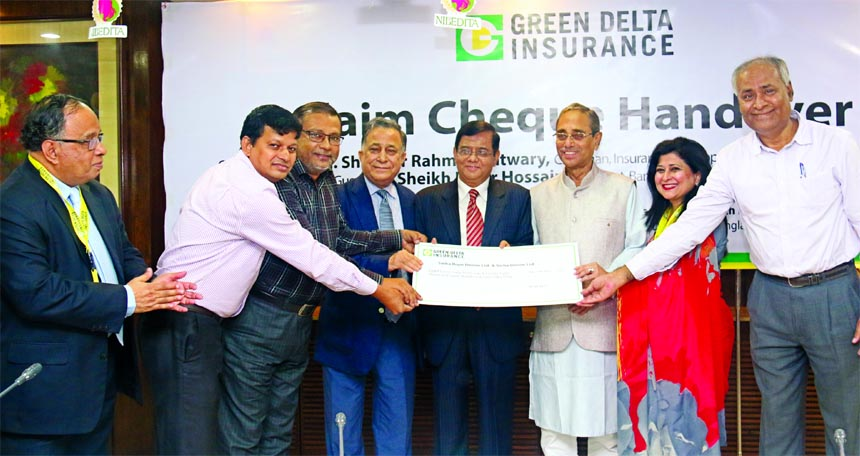 Md. Shafiqur Rahman Patwary, Chairman of Insurance Development and Regulatory Authority (IDRA) handing over a claim cheque of Green Delta Insurance to the representative of Sinha Rope Denim Limited and Sinha Denim Limited, at IDRA office in the city recently. Sheikh Kabir Hossain, President, Bangladesh Insurance Association, Gokul Chand Das, Member, IDRA, Farzana Chowdhury, Managing Director and Nasir A Choudhury, Advisor of the insurance company were also present.