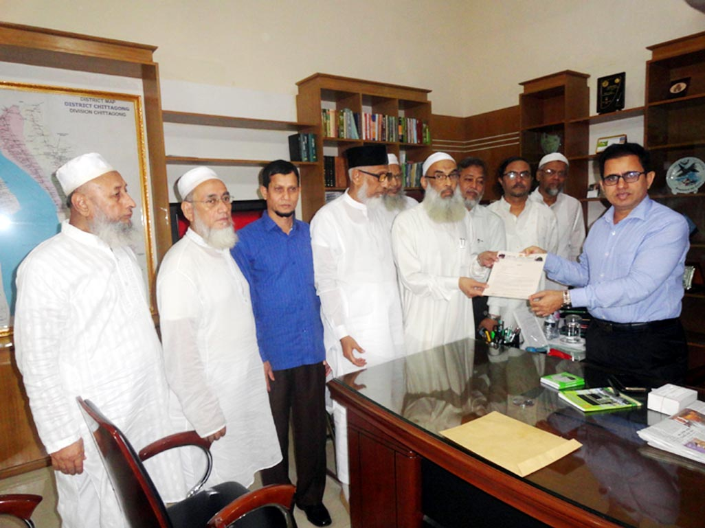 Hajj Pilgrim Kalyan Parishad, Chittagong District Unit placing a memorandum to Saudi King  by DC recently.