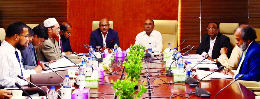 Amir Uddin, Audit Committee Chairman, Board of Directors of Al-Arafah Islami Bank Limited, presiding over its 171st meeting at its head office in the city on Wednesday. Md. Habibur Rahman, Managing Director of the bank, Abdus Salam, Abdul Malek Molla, Niaz Ahmed and Khalid Rahim, members of the committee were also present.