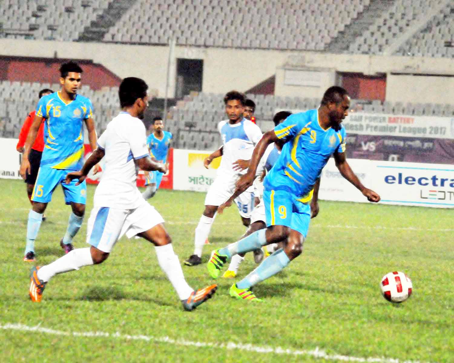 A scene from the Saif Power Battery Bangladesh Premier League 2017 match between Abahani Ltd Dhaka and Farshganj Sporting Club at the Bangabandhu National Stadium on Monday. Abahani won the match 2-1.