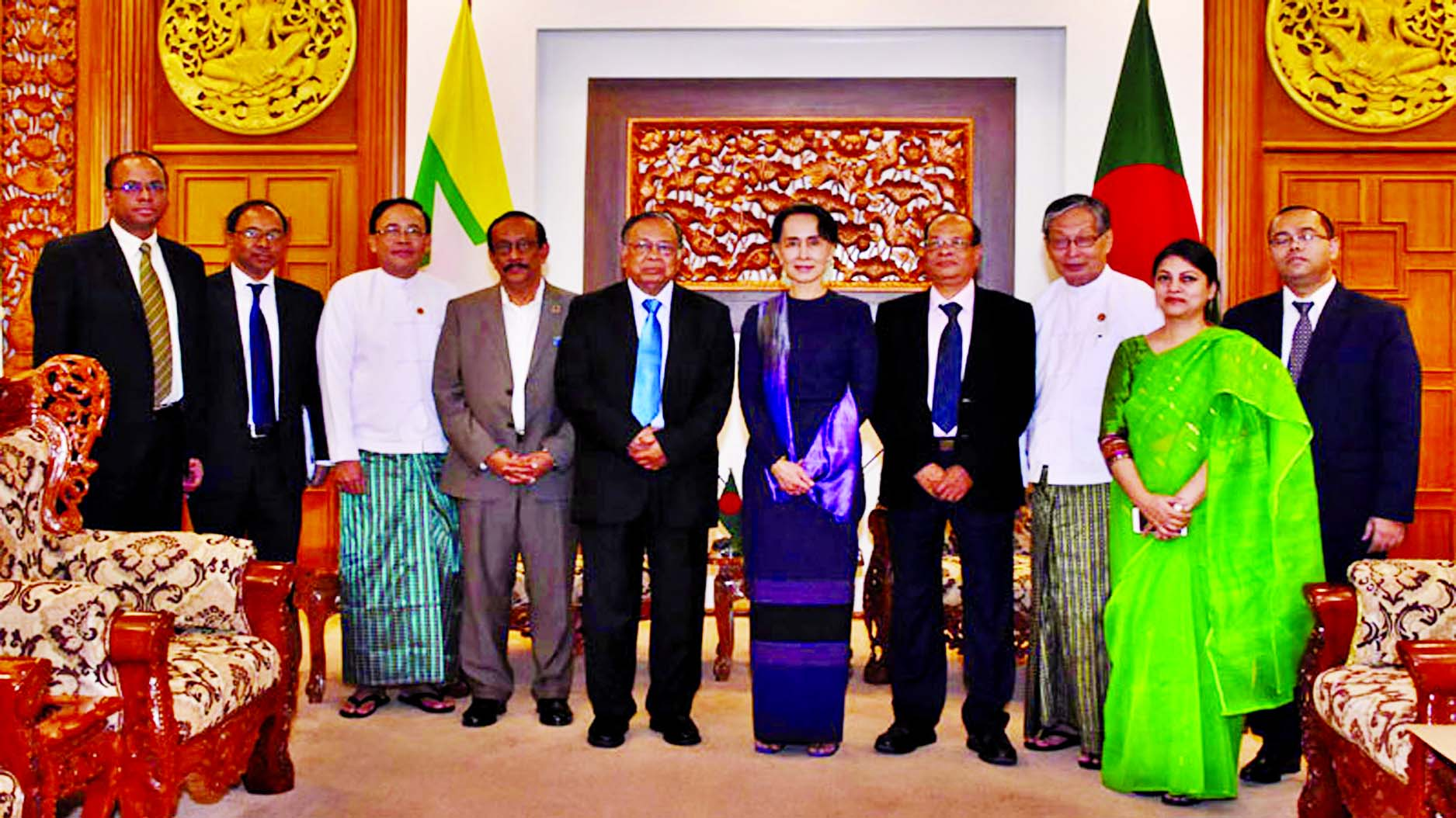 The Bangladesh delegation led by Foreign Minister AH Mahmood Ali and the Myanmar team led by State Counsellor Aung San Suu Kyi pose for photographs after signing the 'arrangement on return of displaced persons to Rakhine State' in Naypyidaw on Thursday.