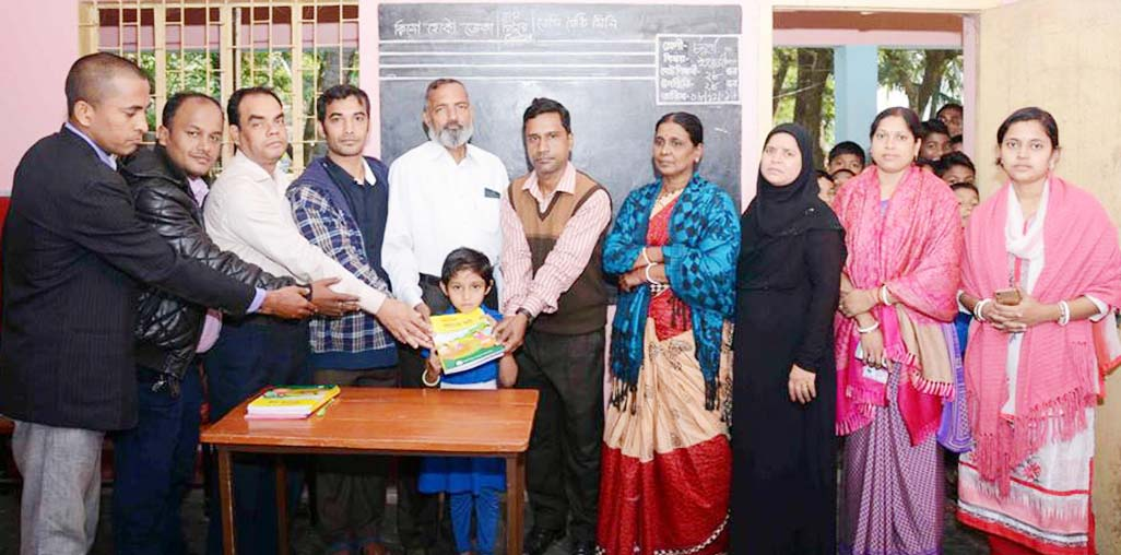 Bagdondi Pry School distributes new books