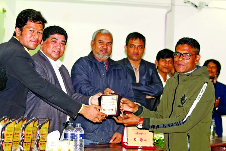 Md Jamal Uddin, recommended cadre (admin) for 36th Bangladesh Civil Service (BCS) receiving crest from the guests at a reception programme for newly recommended 36th BCS cadres and students of Bhola who admitted in Dhaka University  under 2017-18 session held at Mozaffar Ahmed Chowdhury Auditorium organised by Dweep, a DU based Bhola's students organization on Monday.
