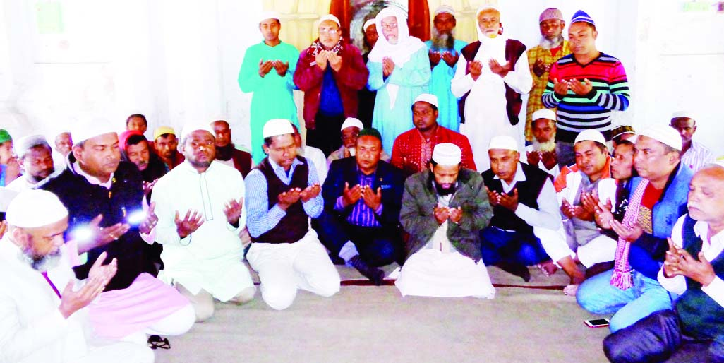 BOGRA:  Participants offering Munajat at a Dao Mahfil  in observance of the 82nd birth anniversary of former president Ziaur Rahman at Baghbari Sarkarpara Jam-e- Mosque  organised by  Noshipur Union BNP and  Jubo Dal, Chhatra Dal on Friday.