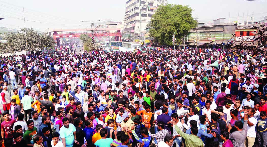 Businessmen block road to  resist building illegal market