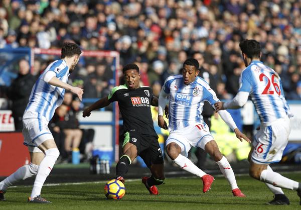 AFC Bournemouth's Jordon Ibe (center left) and Huddersfield Town's Rajiv van La Parra battle for the ball during their English Premier League soccer match at the John Smith's Stadium in Huddersfield, England on Sunday.