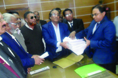 RAJBARI: Ali Nawaj Mahmud Khaiyam, President, Rajbari BNP with other leaders  giving a copy of  memorandum and mass signatures to Md Shawkat  Ali, DC, Rajbari  demanding  withdrawal of case against all BNP leaders  and release of BNP Chairperson Begum Khaleda Zia yesterday.