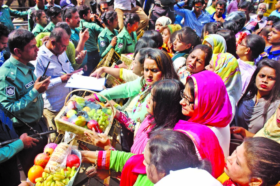 Law enforcers intercepted women leaders and activists of Jatiyatabadi Chhatra Dal when they were going to visit BNP Chairperson Begum Khaleda Zia with fruits at Old Dhaka Central Jail on Tuesday.