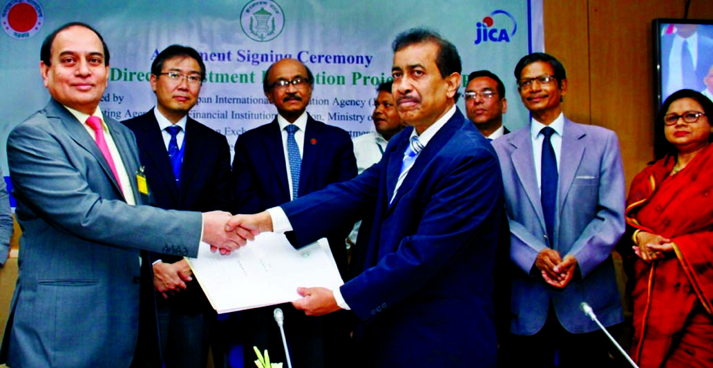 M Fakhrul Alam, Managing Director of ONE Bank Limited and Rezaul Islam, General Manager of Bangladesh Bank sign a participatory agreement regarding use of JICA assisted Foreign Direct Investment Promotion Project fund recently. Governor Fazle Kabir, Deputy Governor Abu Hena Moh. Razi Hasan, Executive Director Ahmed Jamal of Bangladesh Bank, chief representatives of JICA Bangladesh office Takatoshi Nishikata and among other were also present on the occasion.