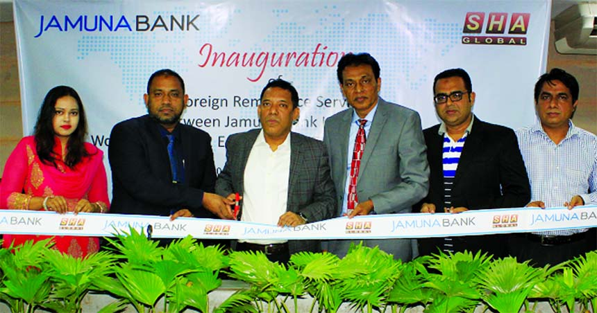 Mirza Elias Uddin Ahmed, AMD of Jamuna Bank Limited, inaugurating its Foreign Remittance Services with Worldwide West 2 East Services Limited (UK based Global Remittance Company) at its head office in the city recently. Senior officials from both the organizations were also present.