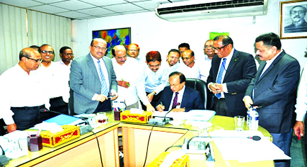 Mohammad Ismail, Chairman of Bangladesh Krishi Bank (BKB), signing its Balance Sheet for the FY 2016-17 at its 705th Board Meeting on Wednesday. Md. Ali Hossain Prodhania, Managing Director, Md. Fazlul Haque, DMD and Directors of the bank were present.
