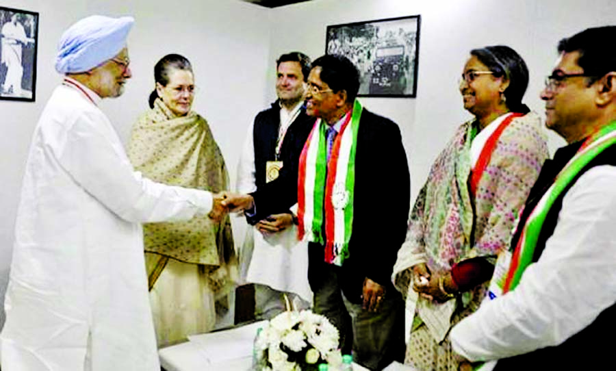 Awami League Presidium Member and former Food Minister Abdur Razzaque met with former Indian prime minister Monmohan Singh in New Delhi on Saturday.