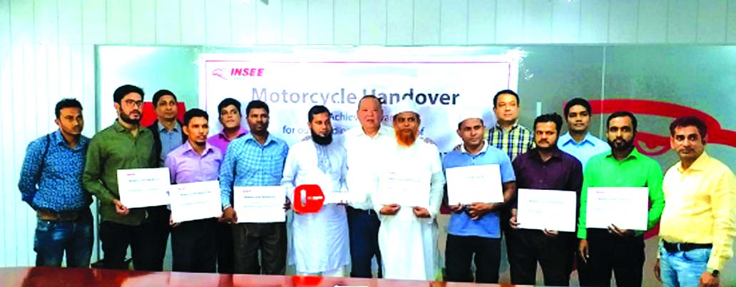 Star Jingkaojai, Commercial Director of Siam City Cement Bangladesh Limited, poses with the highest sales retailer winners of the