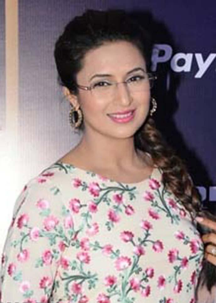 Divyanka Tripathi looks like cute princess at Alaadin premiere