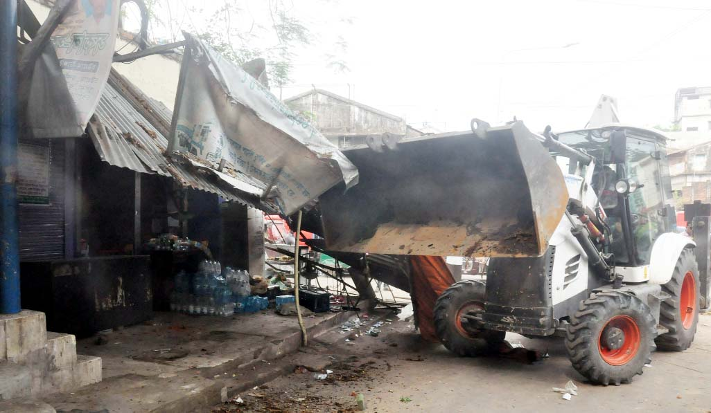 Chattogram  City Corporation (CCC) conducted a mobile court to evict illegal structures on K C Dey Road in the Port City on Thursday.
