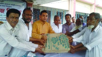 BETAGI (Barguna): Betagi Poura Mayor Alhaj ABM Golam Kabir distributing free agriculture goods among the small and merginal farmers at Upazila Parishad Auditorium as Chief Guest on Friday.