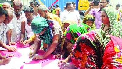 BARISHAL: Bidi factory workers, businessmen and consumers in Barishal arranged  mass-signature  campaign for alternative workspace before closing bidi factories on Sunday.