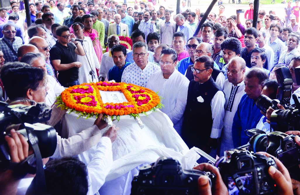 People from all walks of life including Road, Transport and Bridges Minister Obaidul Quader paying last repect to Ekushey Medal winner Poet Belal Chaudhury by placing wreaths on his coffin at the Central Shaheed Minar in the city on Wednesday.