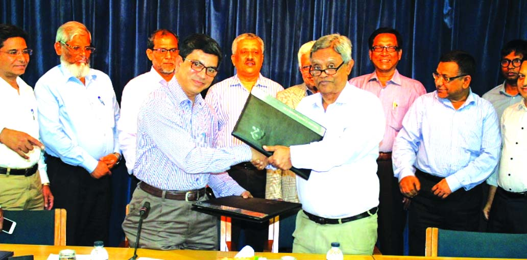 Md. Abul Kalam Azad, LGED Chief Engineer and Saiful Islam Kamal, Chairman of Navana Construction, exchanging agreement signing documents on construction of 600-metre long bridge over Kaliganga River in Nesarabad upazila in Pirojpur District at LGED headquarter in the city on Thursday. Md. Allah Hafiz, Project Director of Bridge Construction Project of LGED, Md. Shahidullah, Executive Director of the construction company and high officials from both the organizations were also present.