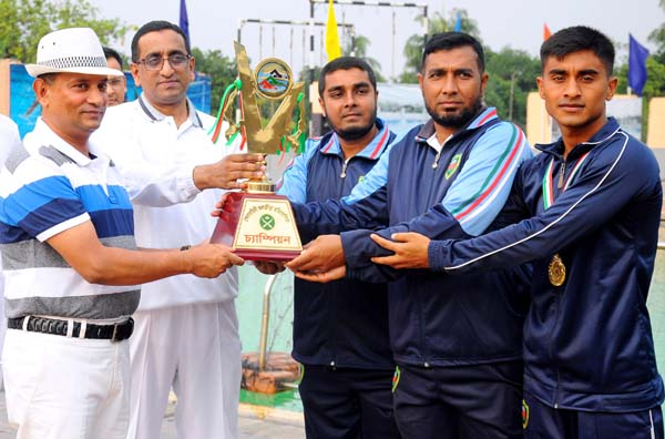 Bangladesh Army Area Commander Headquarter logistic area Mejor General Ataul Hakim Sarwar Hasan giving away champoins trophy to the Tenth Infantry Division of Bangladesh Army team,who became Champions of the Bangladesh Army Watersports at Army Swimming Complex at Banani in the city on Thursday.