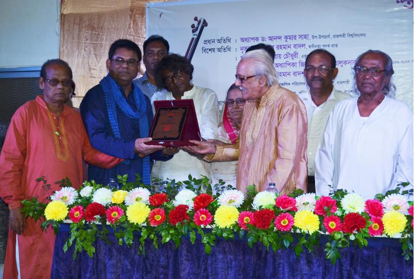Kamal Ahmed receives 'Rajshahi Betar Shilpi Sangstha Sommanona'