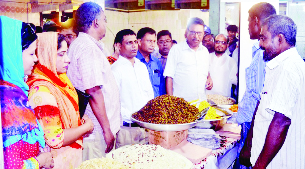 RANGPUR: Hafizur Rahman, Additional Magistrate led the Bazar Monitoring Committee inspecting the kitchen and grocery shops in different markets in Rangpur to maintain stable prices of essential commodities during Ramzan on Tuesday.