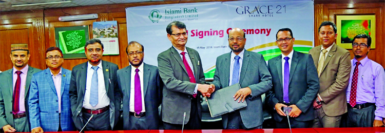 Abu Reza Md. Yeahia, DMD of Islami Bank Bangladesh Limited and Nasimul Ghani, General Manager of Grace 21, exchanging an agreement signing documents at the banks head office in the city recently. Under the deal, VISA and Khidmah Card holders of the bank will get special facilities at different services of Grace 21. Senior officials from both sides were present.